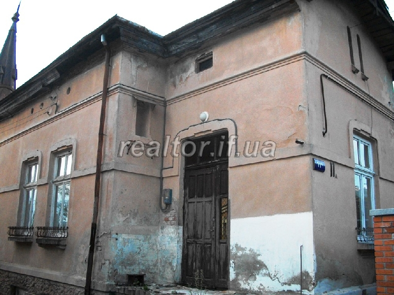 Urgent sale semi osobyanka in the center of Ivano-Frankivsk