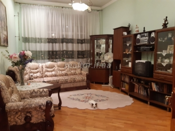 For sale 3 bedroom apartment in good residential condition on Chornovola Street