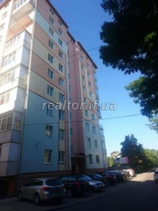 I sell a nice apartment in the central part of town near the shopping mall Velmart